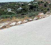 Instalan bloques de piedra en el arcén del carril del río Chillar