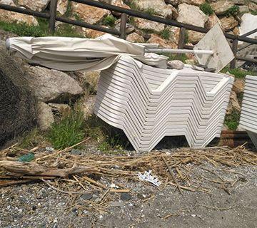 Tumbonas y sombrillas abandonadas en la Playa de Maro