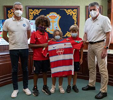 El ayuntamiento reconoce a tres jóvenes promesas del fútbol