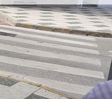 Acera sin rebaje para peronas con movilidad reducida